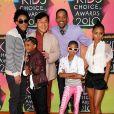 Jaden entouré de son grand frère Trey, de sa petite soeur Willow, de son père Will, de sa mère Jada et de Jackie Chan
