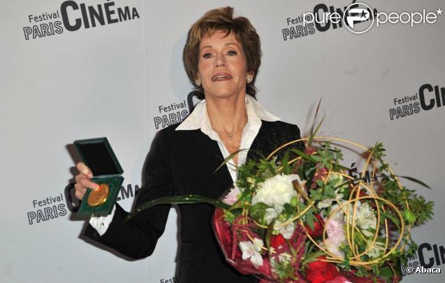 Jane Fonda décorée par Bertrand Delanoë à Paris le 10 juin 2010