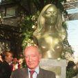Eddie Barclay devant le buste de Dalida lors de son inauguration le 22 avril 1997