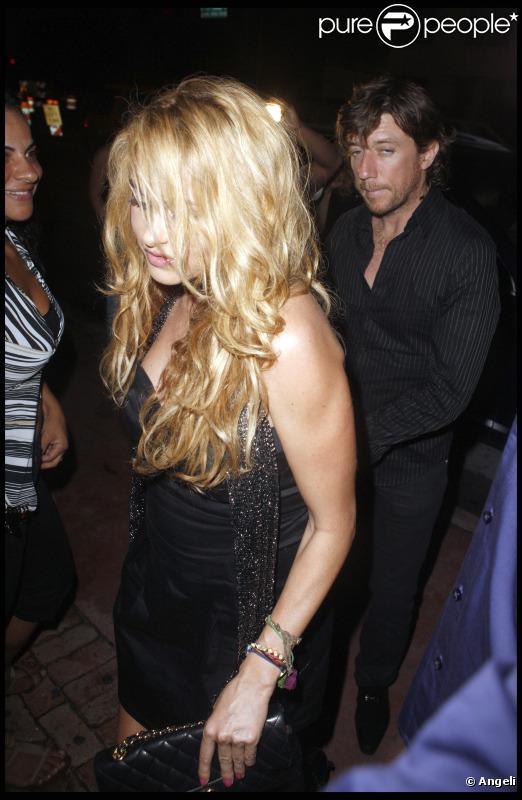 Paulina Rubio fête son 39e anniversaire avec son époux Nicolás Vallejo-Nágera dans un restaurant italien de Miami Beach, jeudi 17 juin 2010.