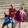 """Réunis pour la première fois en """"mission"""" à l'étranger, les princes Harry et William de Galles étaient jeudi 17 juin 2010 en visite au Lesotho."""