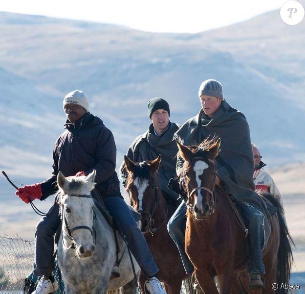 """Réunis pour la première fois en """"mission"""" à l'étranger, les princes Harry et William de Galles étaient jeudi 17 juin 2010 en visite au Lesotho. Enveloppés dans des couvertures de bergers, ils sont arrivés à cheval à 2 500 mètres d'altitude."""