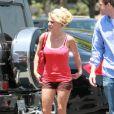 Britney Spears se rend au Café Marmelade, entourée de gardes du corps, mardi 22 juin à Los Angeles.