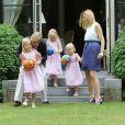 Le 5 juillet 2010, le prince Willem-Alexander et la princesse Maxima des Pays-Bas prenaient la pose en famille, avec leurs trois fillettes, dans le jardin de leur villa Eikenhorst