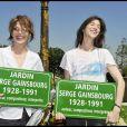 Inauguration du jardin Serge Gainsbourg, porte des Lilas, à Paris, le 08/07/2010. Jane Birkin et sa fille Charlotte Gainsbourg