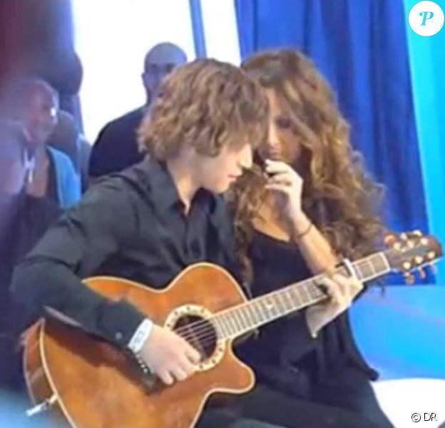 Capture d'écrans de l'émission Panique dans l'oreillette en 2008. Raphael, le fils de Helène Segara.