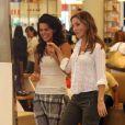 Angie Harmon fait du shopping avec une amie (3 juillet 2010 à Los Angeles)