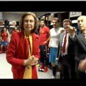 Regardez la reine Sofia féliciter un joueur espagnol presque nu... Elle n'est pas choquée du tout !