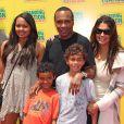 L'ancien boxeur Sugar Ray Leonard et toute sa petite famille, à l'occasion de l'avant-première de la comédie musicale  Standing Ovation , à Universal City, le 10 juillet 2010.