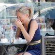 Sharon Stone en pleure lors d'un déjeuner avec une amie à Los Angeles, le 16 juillet 2010