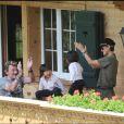 Le bonheur total à Gstaad sur la terrasse de leur chalet pour la famille Hallyday !