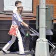 Le top model tchèque Karolina Kurkova a succombé à la mode du pantalon blanc
