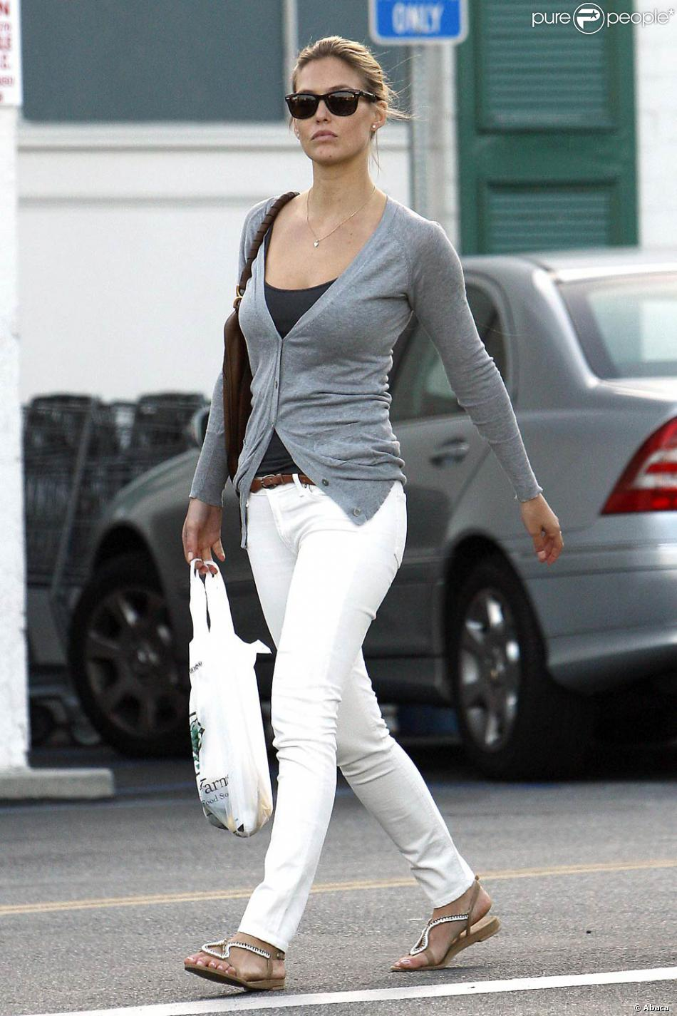 le top model isra lien bar refaeli a succomb la mode du pantalon blanc. Black Bedroom Furniture Sets. Home Design Ideas