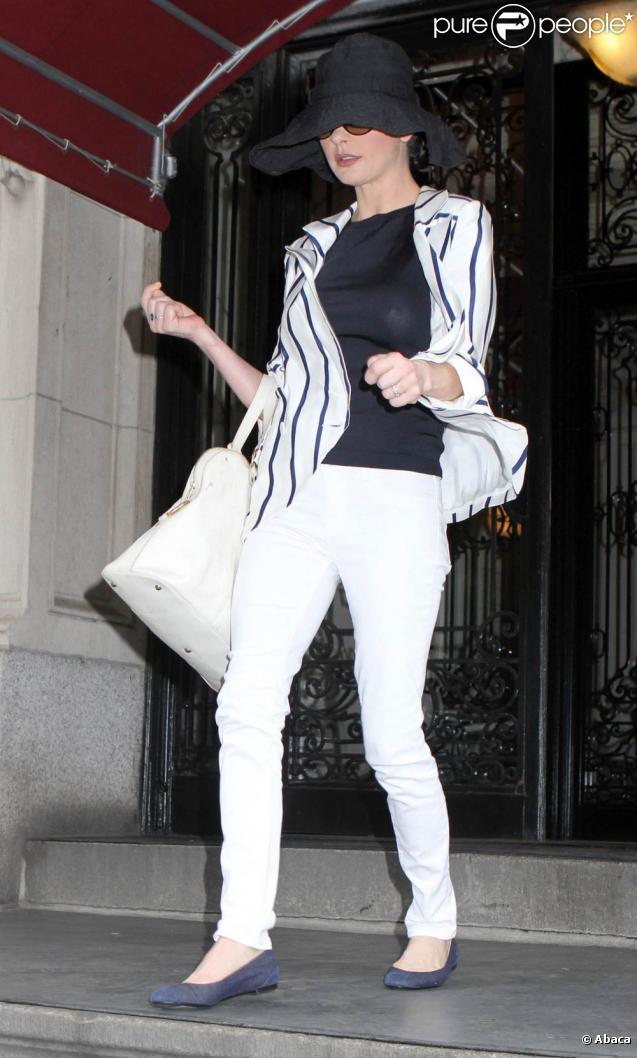 catherine zeta jones a succomb la mode du pantalon blanc. Black Bedroom Furniture Sets. Home Design Ideas
