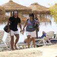 Juillet 2010 : l'heure est aux vacances pour les footballeurs qui se sont illustrés durant le mondial sud-africain. Carlos Tevez et sa femme Vanesa, avec leur fille Florencia, ont choisi Marbella, sur la côte andalouse.
