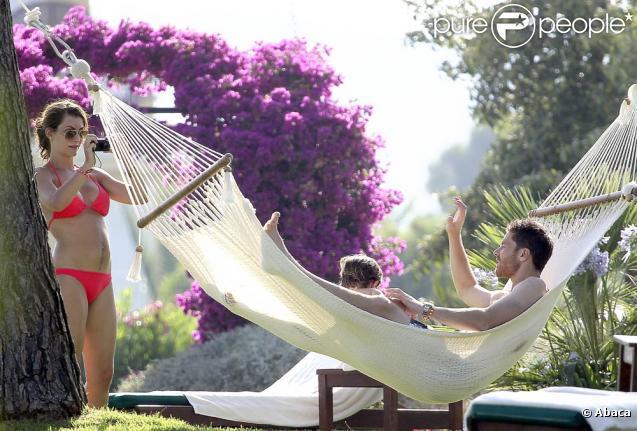 Juillet 2010 : l'heure est aux vacances pour les footballeurs qui se sont illustrés durant le mondial sud-africain. Xavi Alonso, sa femme Nagore et leurs deux jeunes enfants ont choisi Palma de Majorque.