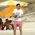 Juillet 2010 : l'heure est aux vacances pour les footballeurs qui se sont illustrés durant le mondial sud-africain. Pour Gérard Piqué (short rouge) et Cesc Fabregas (short marine), c'est Ibiza !