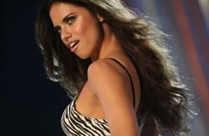 VIDEO : Adriana Lima, le top sexy de Victoria's Secret, en défilé privé dans sa chambre d'hôtel...