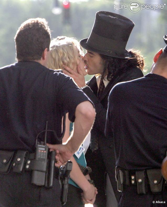 L'acteur britannique Russell Brand embrasse l'actrice Greta Gerwig sur le tournage du film  Arthur , à New York, il y a quelques jours.
