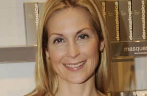 Kelly Rutherford : L'actrice nous dévoile ses jolies jambes en jouant les hôtesses de charme !
