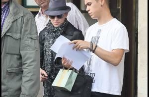 Madonna, marquée par la fatigue, filme la superbe Abbie Cornish à Paris, non loin de ses enfants !