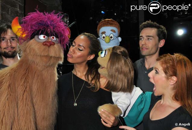 Leona Lewis est les marionnettes d' Avenue Q , à Londres, le 4 août 2010