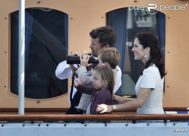 Mary de Danemark assiste avec son époux le prince héritier Frederik et leurs enfants Christian et Isabella au 500e anniversaire de la flotte danoise à Copenhague le 10 août 2010