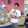 Mark Wahlberg s'offre une glace chez Baskin Robbins à Beverly Hills pendant que ses enfants attendent dans la voiture le 20 août 2010