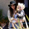 Ashlee Simpson se promène aux abords de Los Angeles, samedi 14 août, en compagnie de son fils Bronx Mowgli.