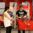 Ashlee Simpson entourée des deux hommes de sa vie dans un centre commercial près de Los Angeles le 21 août 2010