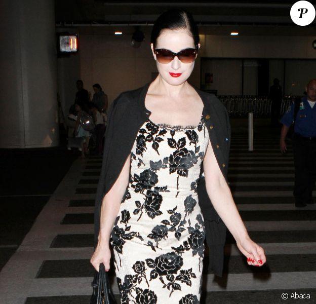 Dita Von Teese arrive chez elle de retour de l'aéroport de Los Angeles le 1er septembre 2010