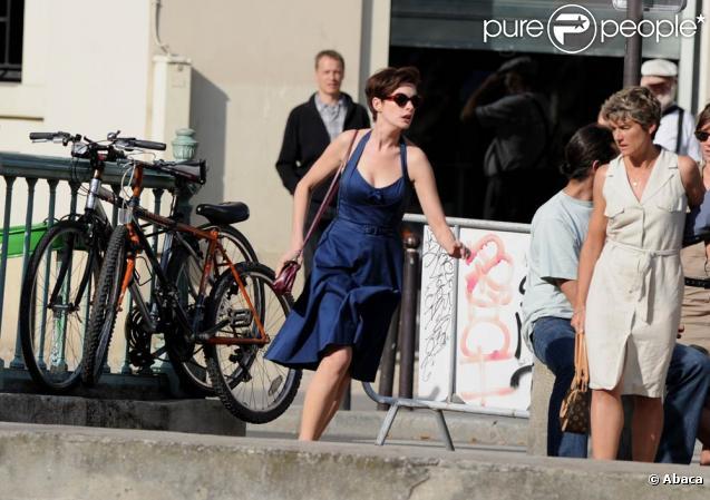 Anne Hathaway sur le tournage du film  One Day,  à Paris le 1er septembre 2010