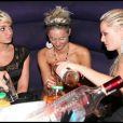 Shine entourée de copines, dont la chérie de Bastien, célèbrent et trinquent à leur notoriété éphémère (27 août 2010 au Six Seven de Paris)