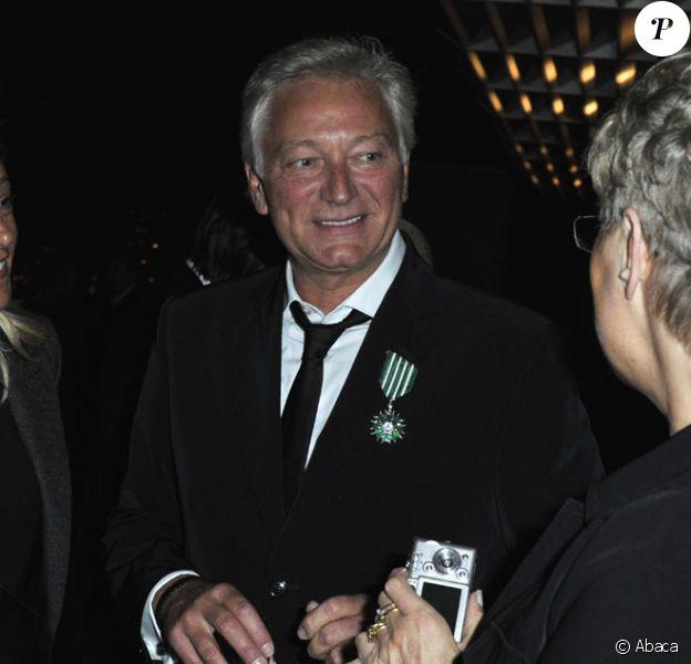 Laurent Boyer reçoit des mains d'Alain-Dominique Perrin les insignes de Chevalier dans l'Ordre national du Mérite le 23 septembre 2010 dans les studios de M6 à Neuilly-sur-Seine