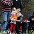 Ben Affleck et Jennifer Garner avec leurs deux filles Violet et Seraphina dans un parc à Beverly Hills, le 19 septembre 2010
