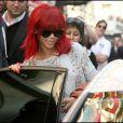 Rihanna sort de son hôtel le Plaza Athenée, à Paris, le 8 octobre 2010