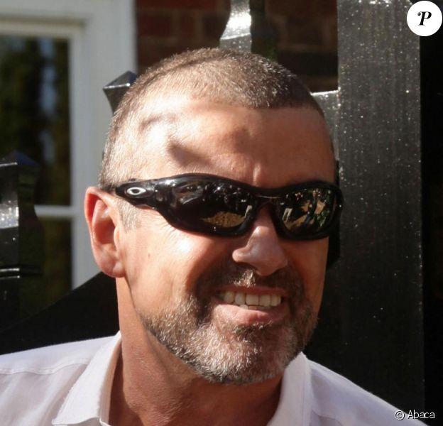 George Michael devant chez lui, après être sorti de prison, à Londres, le 11 octobre
