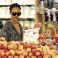 Jessica Alba, Cash Warren et leur fille Honor au supermarché à Los Angeles le 10/10/10