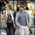Jason Statham, accompagné de sa chérie Rosie Huntington Whiteley sur le tournage de Safe à New York le 8 octobre 2010