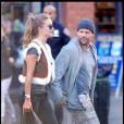 Jason Statham sur le tournage de Safe à New York le 8 octobre 2010. Il est accompagné de sa girlfriend Rosie Huntington-Whiteley