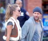 Jason Statham sur le tournage de Safe à New York le 8 octobre 2010. Il est accompagné de sa girlfriend Rosie Huntington-Whiteley