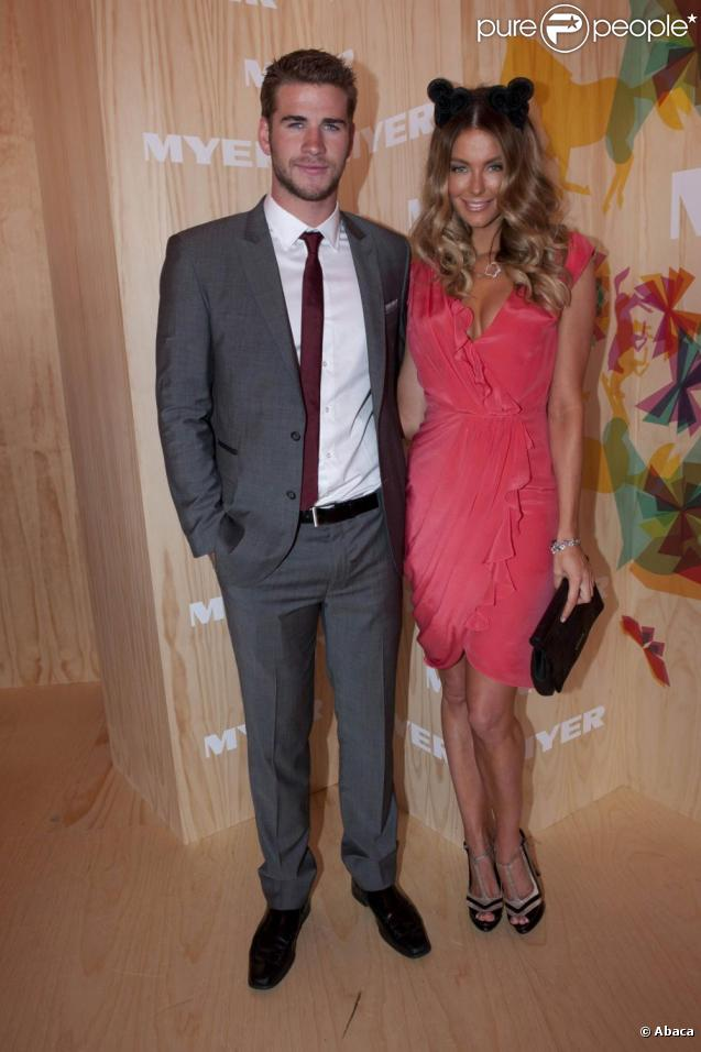 Liam Hemsworth et Jennifer Hawkins lors de la Emirates Melbourne Cup durant le Melbourne Cup Carnival en Australie le 2 novembre 2010