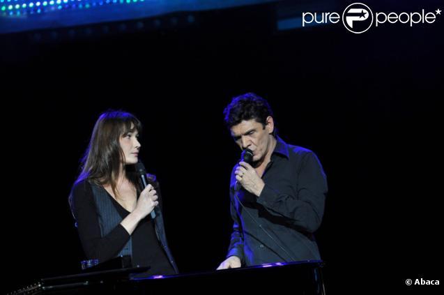 Carla Bruni et Marc Lavoine chantant La Noyée lors de la cérémonie de remise du Prix Constantin à L'Olympia le 12 novembre 2010