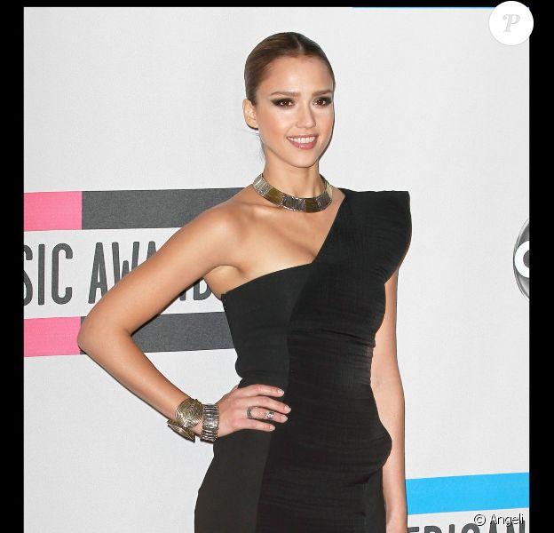 Jessica Alba en robe noire asymétrique Cunshnie et Ochs lors des American Music Awards le 21/11/10