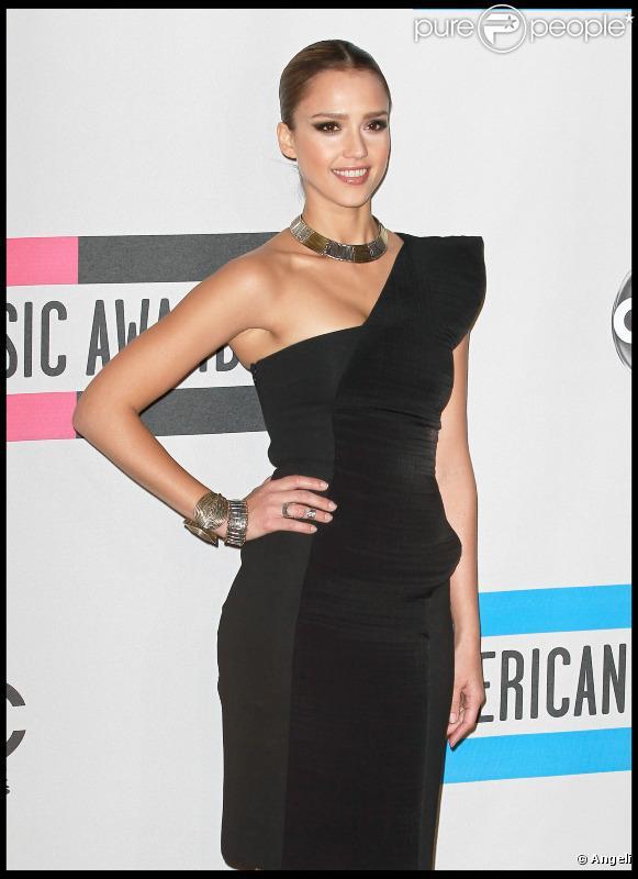 Jessica Alba en robe noire asymétrique Cunshnie et Ochs lors des American  Music Awards le 21 3704a43458a7