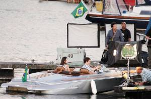 Quand Robert Pattinson vogue en mer avec une jolie brune...