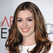 Anne Hathaway, en tenue d'Eve, fait des choses pas très catholiques...