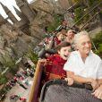 Michael Douglas, sa femme Catherine Zeta-Jones et leurs deux enfants (Dylan et Carys), lors de leur visite du parc d'attractions dédié à l'univers d' Harry Potter , à Orlando, le 27 novembre 2010.