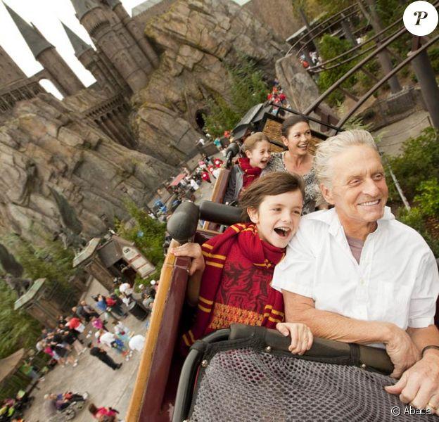 Michael Douglas, sa femme Catherine Zeta-Jones et leurs deux enfants (Dylan et Carys), lors de leur visite du parc d'attractions dédié à l'univers d'Harry Potter, à Orlando, le 27 novembre 2010.