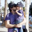 Jordan Bratman profite de son fils Max, né de son union avec Christina Aguilera, lors d'une promenade dans les rues de Los Angeles le 12 décembre 2010